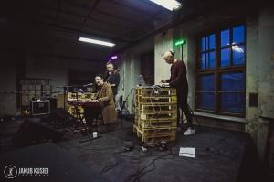 Incepcja hipsterstwa: Mateusz grający na padach na statywie z europalet. (fot. Jakub Kusiej)