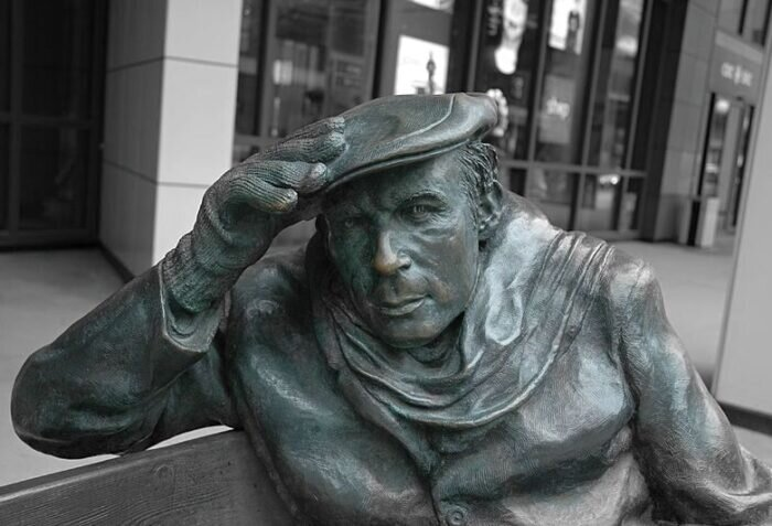 Statue_of_Glenn_Gould_sitting_in_front_of_CBC_building (1)